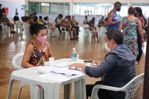 Governo do Amazonas realiza segundo dia de entrega dos cartões do Auxílio Estadual Enchente e de cestas básicas em Manaus