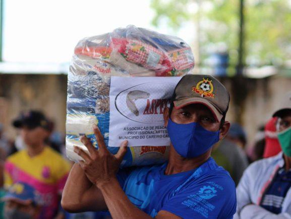 Em Careiro, pescadores são contemplados com 1.380 cestas básicas em ação dos governos estadual e federal