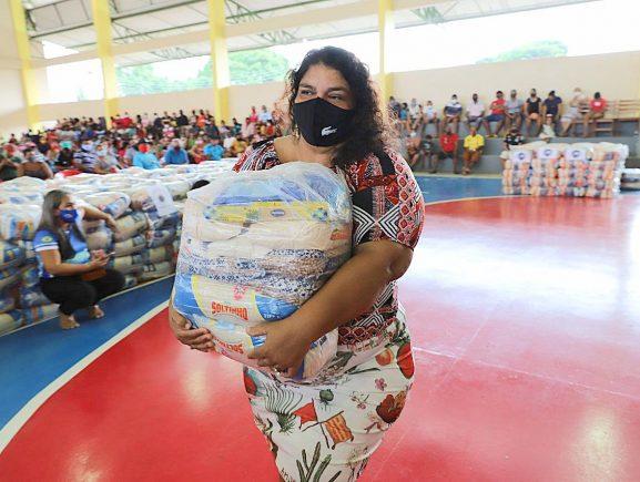 Governo do Amazonas beneficia mais de 700 famílias de pescadores com cestas básicas em Manaquiri